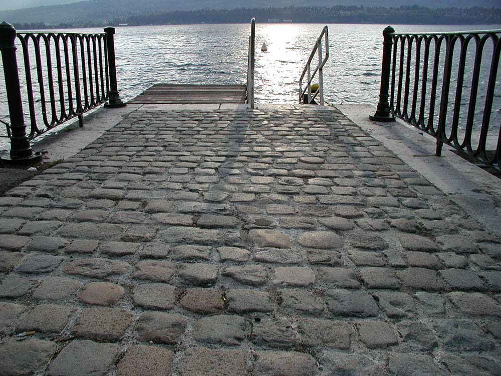 French antique reclaimed stone. Pavers in Granit, in mixed grey, bronze and rosy - Antique Lyon Cobbles - LYON 02