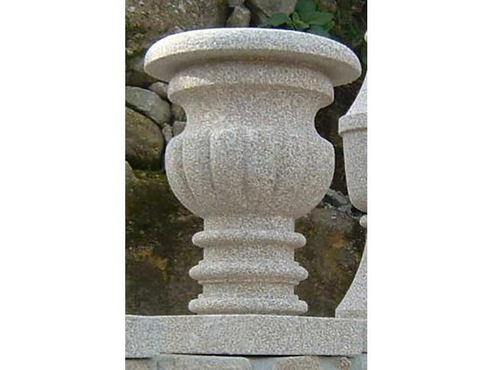 in inglish à traduire >> Jardinières en granit ; Teinte beige ou grise ; Dimensions sur mesure ; Réf : JARGRA13