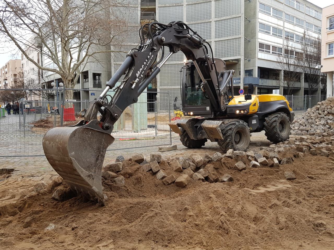 Pelle_mecanique_demontage_paves_Lyon