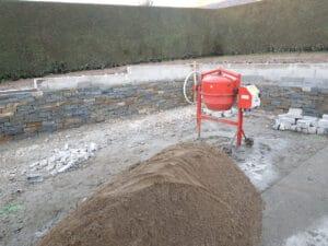 Construction d'un muret en pierre des Alpes