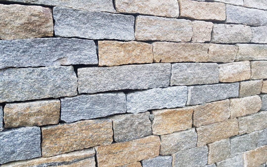 Muret en pierres sèches habillé de notre pierre des Alpes