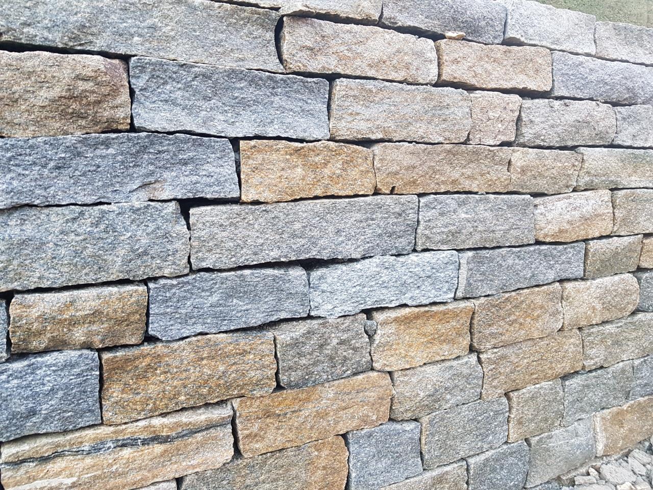 Muret en pierre des Alpes